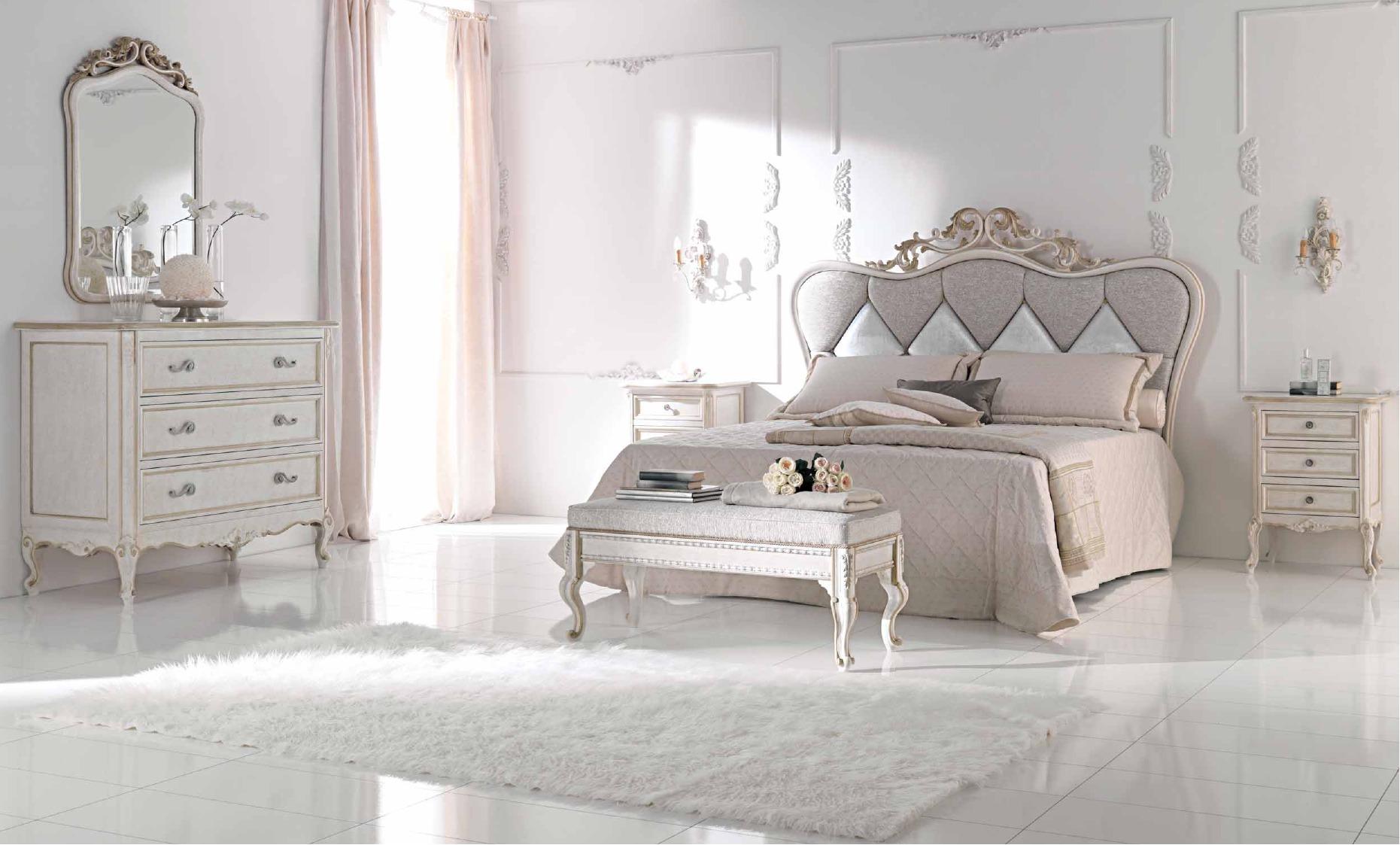 Белый пуфик на ножках в классической спальне