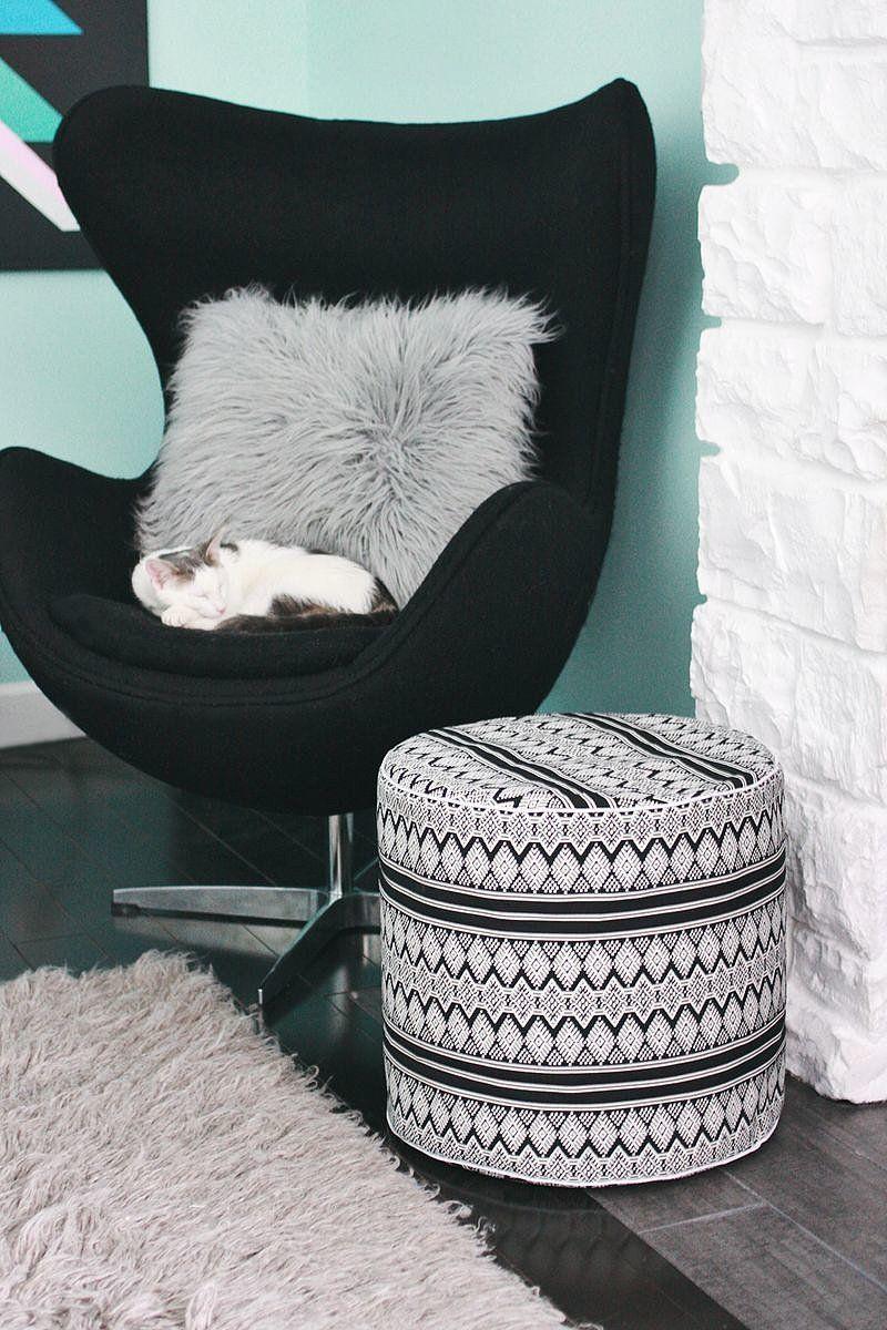 Черно-белый пуфик в интерьере
