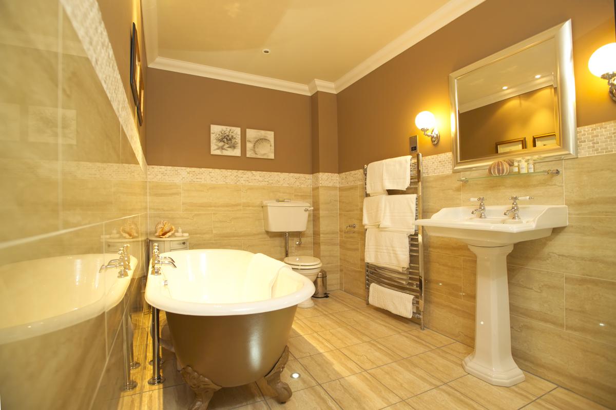 Бежевая ванная комната в стиле ретро