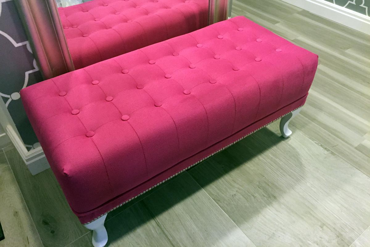 Розовый пуфик в интерьере