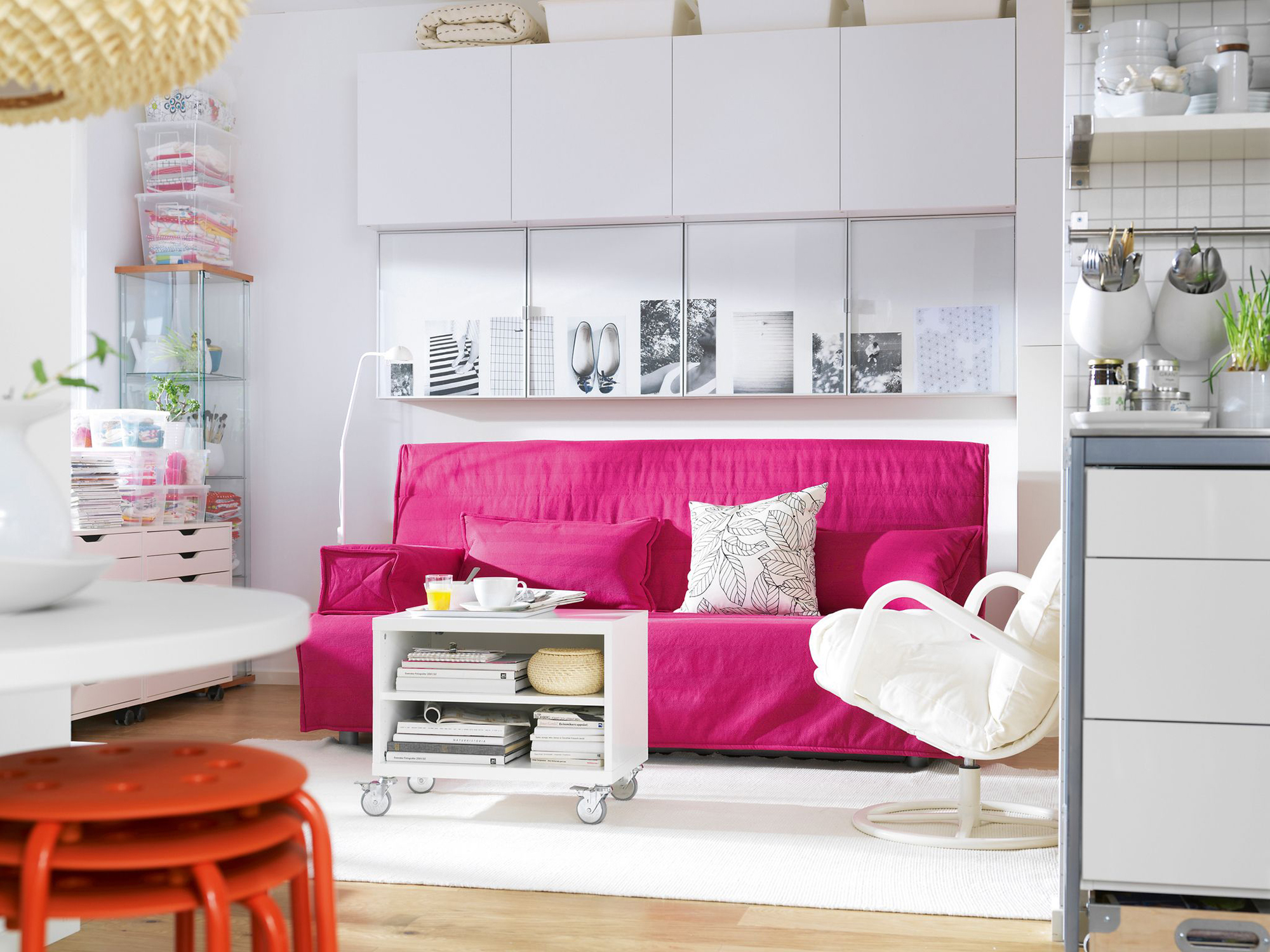 Розовый диван в светлой квартире-студии