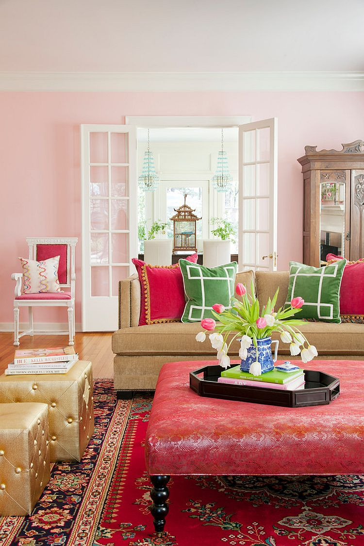 Розовый пуфик в гостиной с восточными акцентами