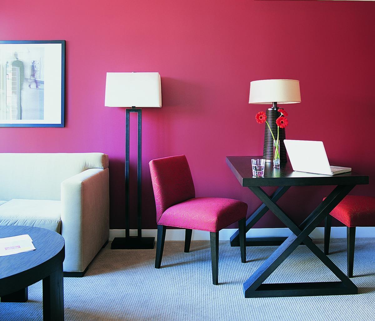Розовые стулья в гостиной в стиле модерн