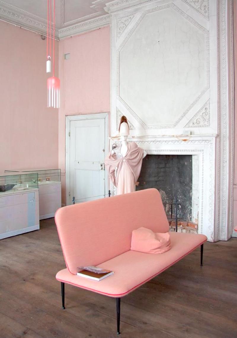 Розовая кушетка в интерьере