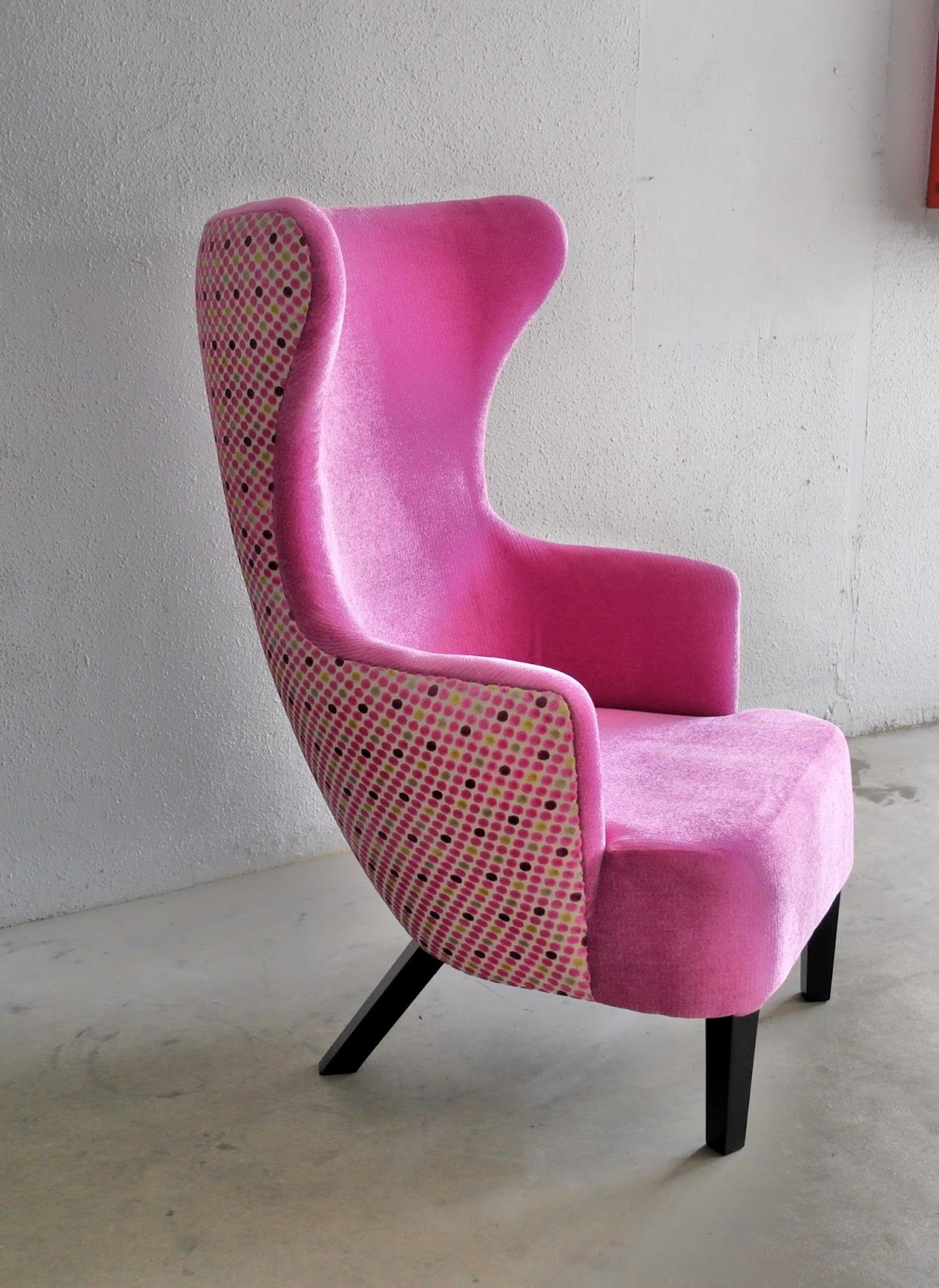 Розовое необычное кресло