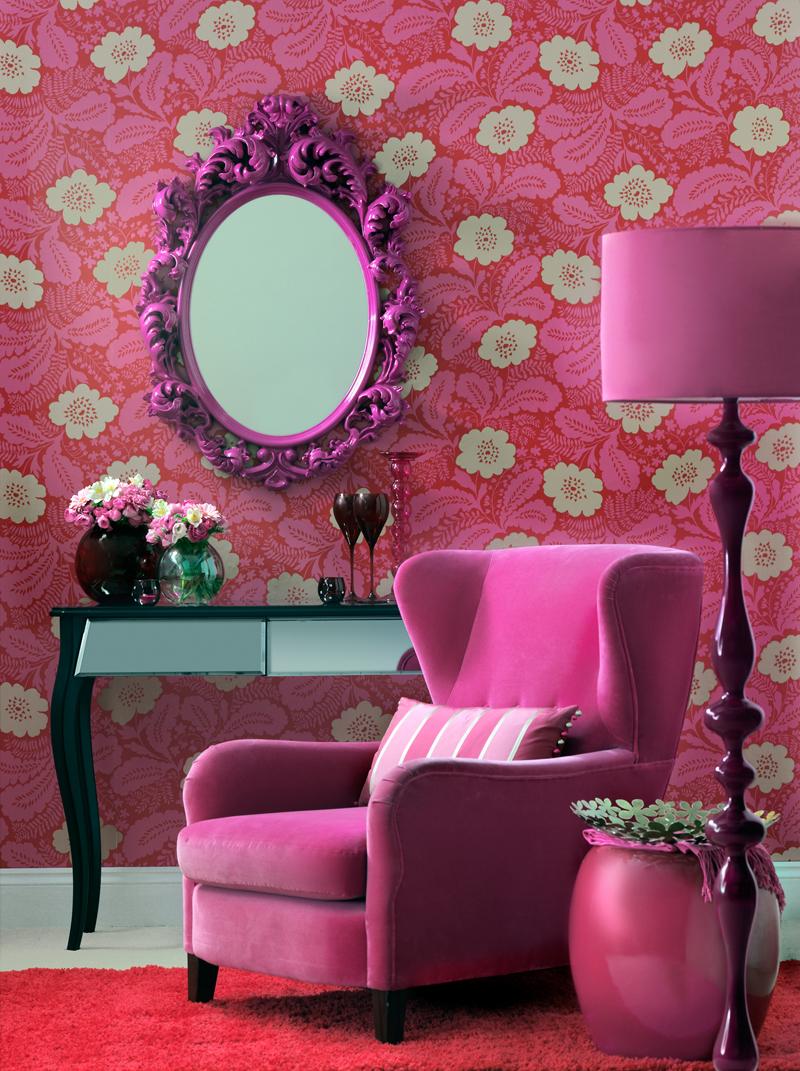 Розовая мебель в яркой гостиной
