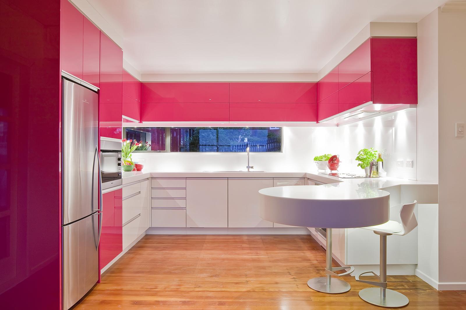 Бело-розовый гарнитур в интерьере кухни