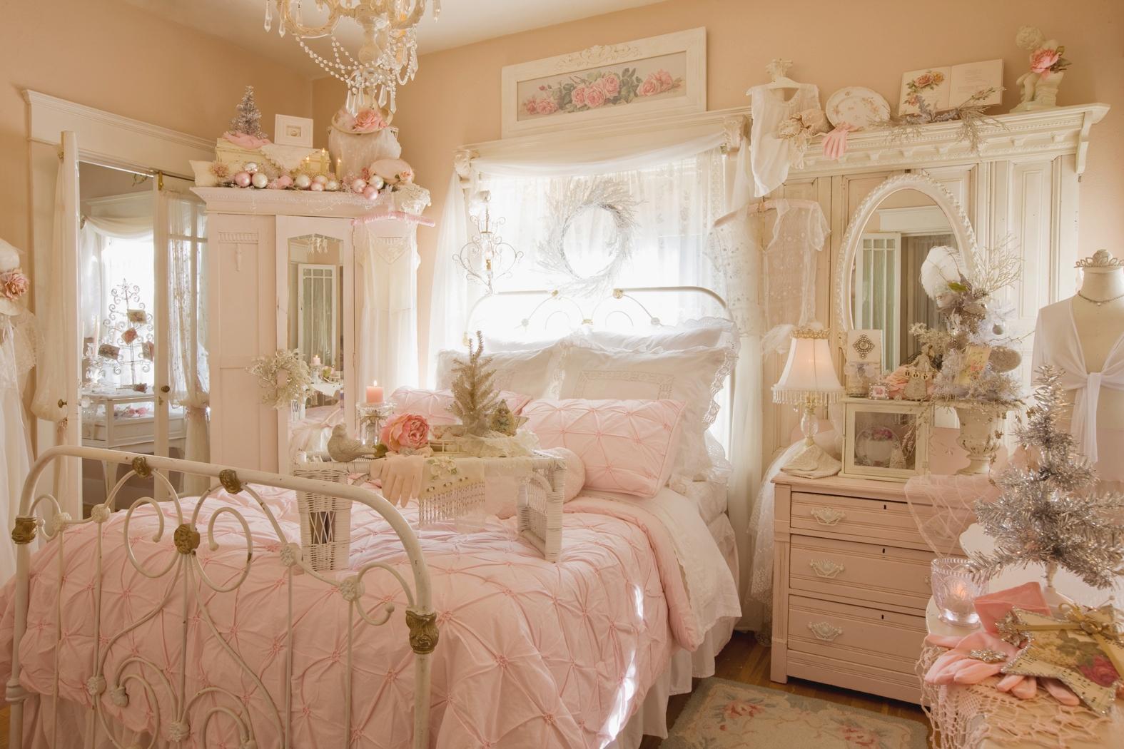 Розовая мебель в спальне в стиле шебби-шик