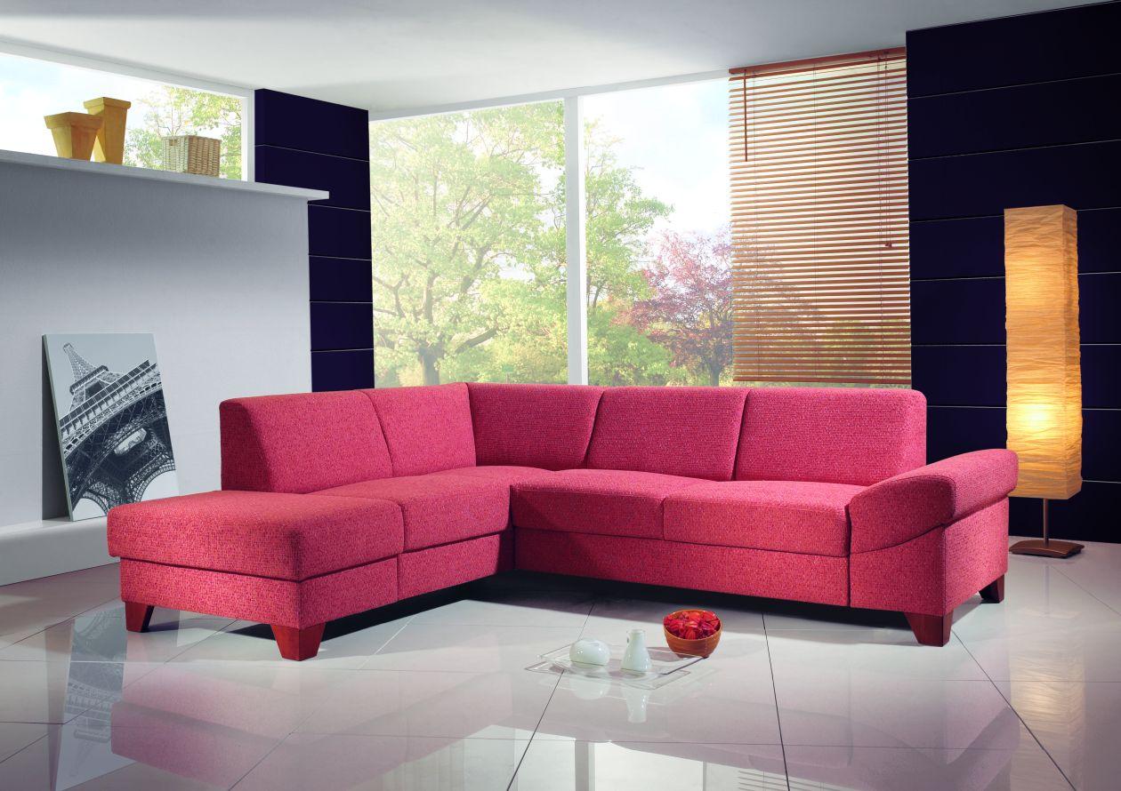 Угловой розовый диван в гостиной