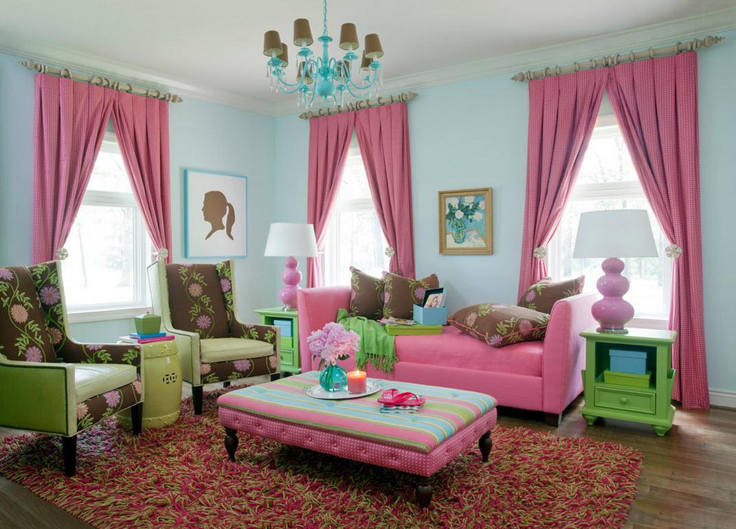 Розовая мебель и шторы в гостиной с голубыми стенами