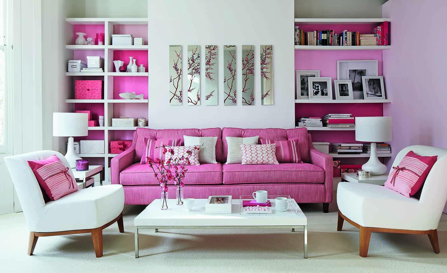 Розовый диван в светлой гостиной