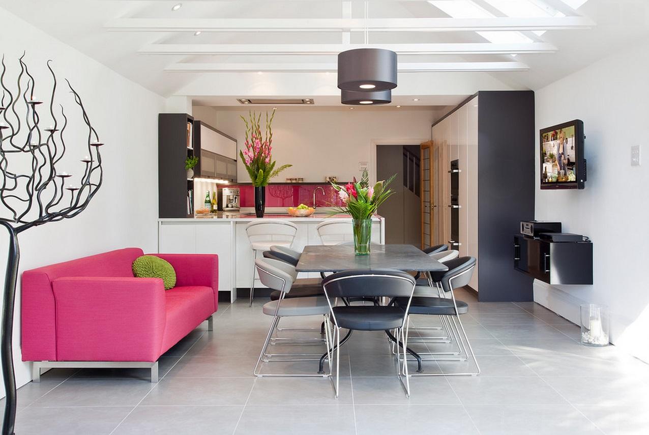 Кухня с розовым диваном