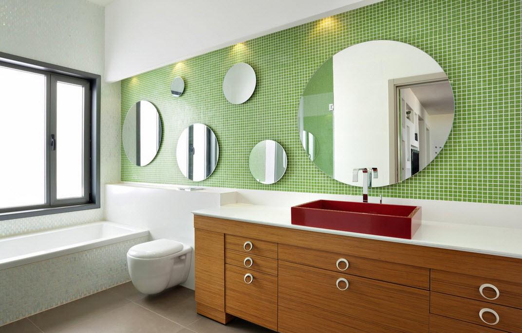 Бело-салатовая стена в ванной комнате