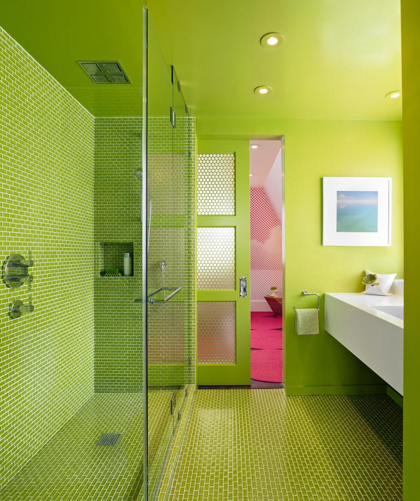 Салатовая мозаика и краска в отделке ванной комнаты