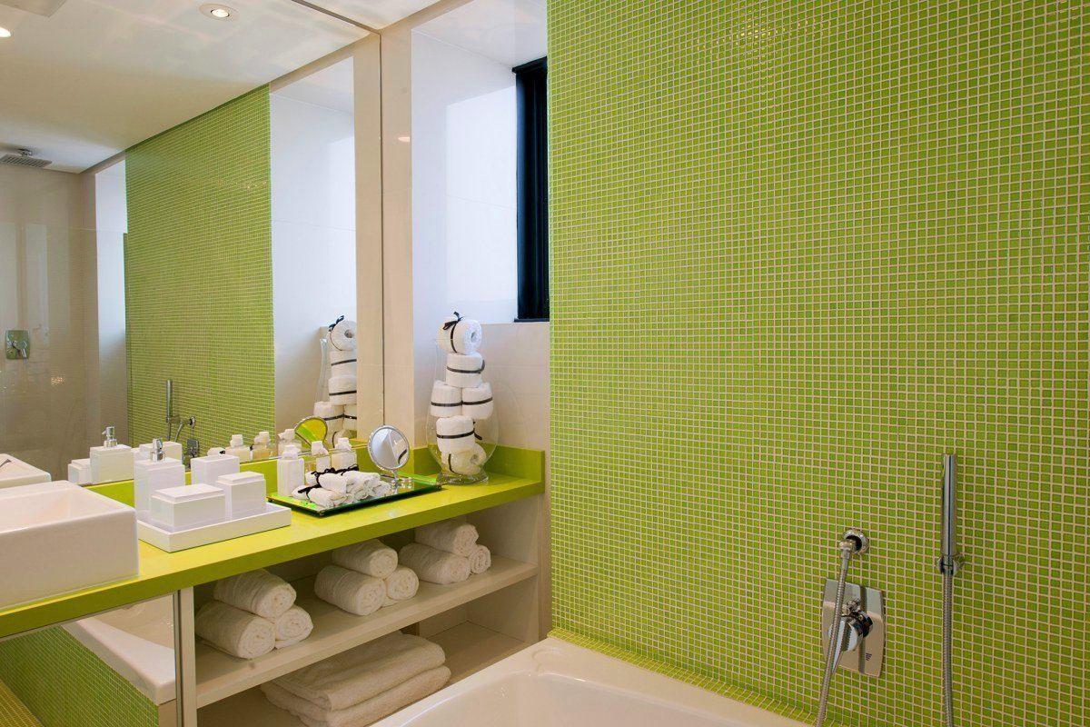 Салатовая стена и столешница в ванной