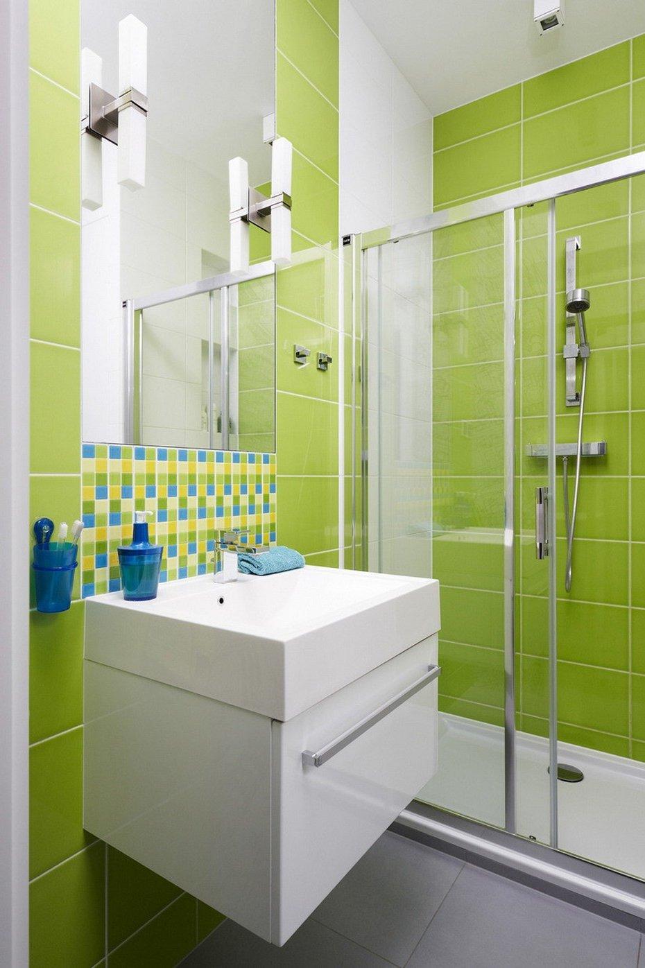 Салатово-белая плитка в современной ванной комнате
