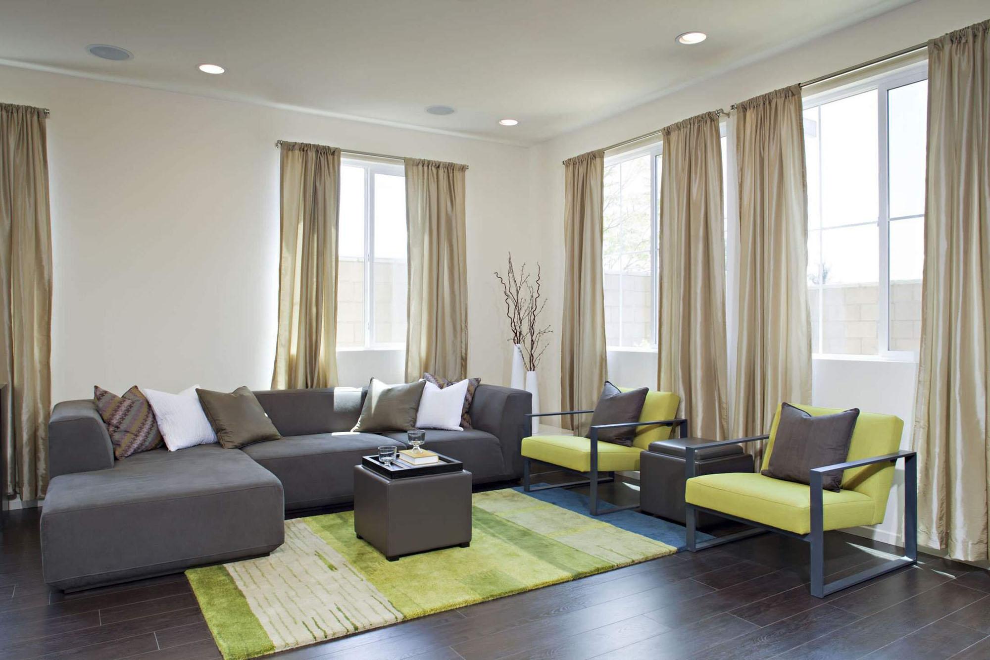 Зелено-серая мебель и акценты в гостиной