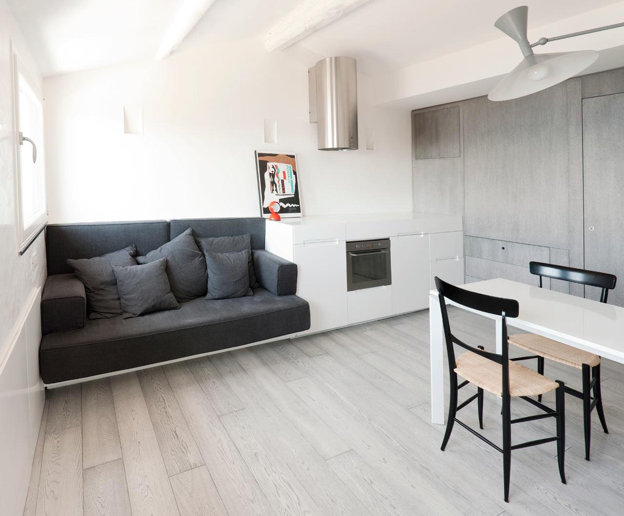Серый диван в квартире-студии