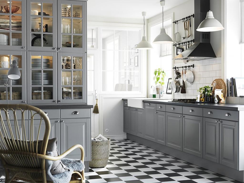Серый гарнитур в просторной кухне