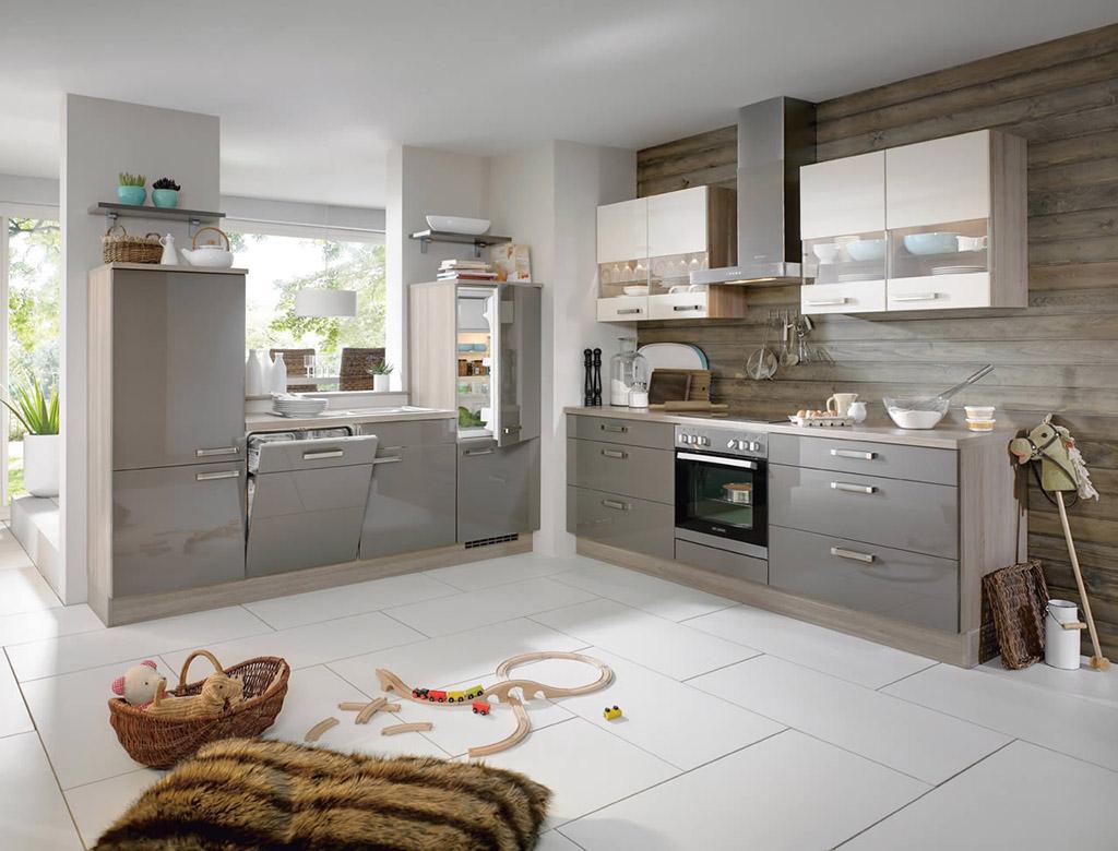 Серый гарнитур в уютной кухне
