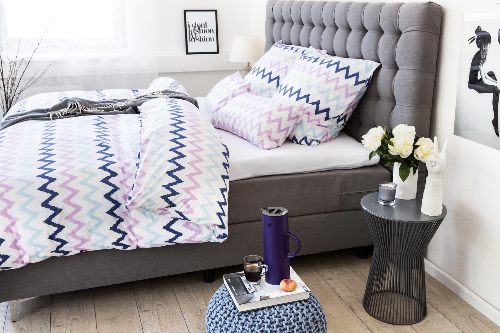 Серая кровать в спальне