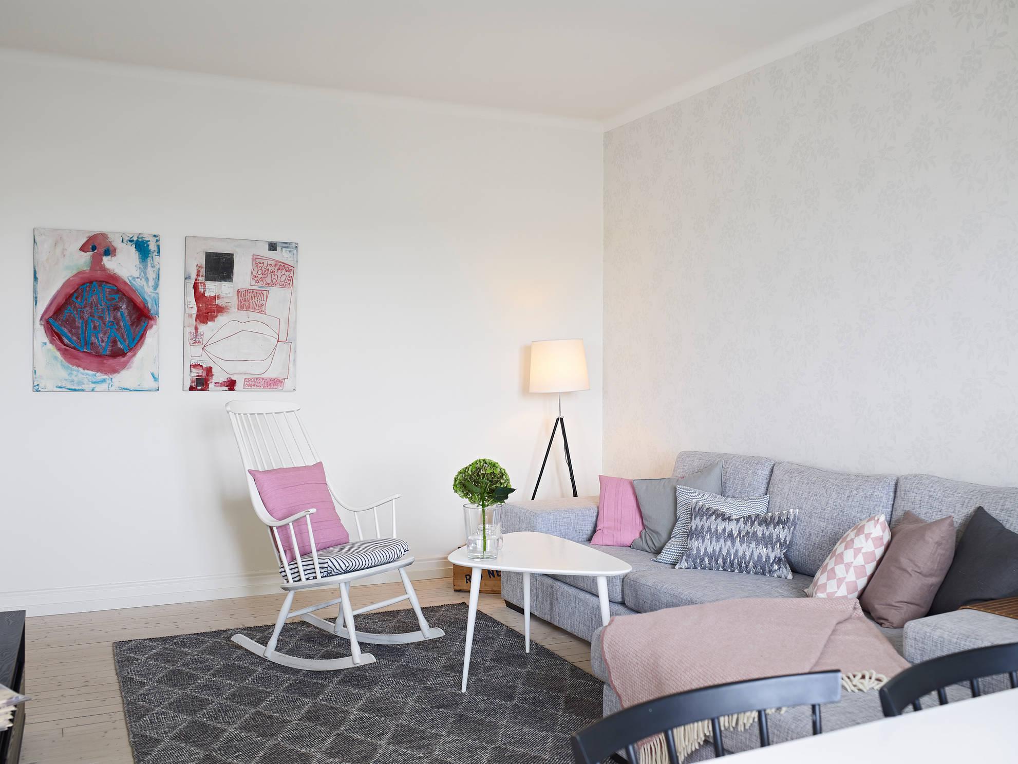Серый диван и подушки в интерьере гостиной