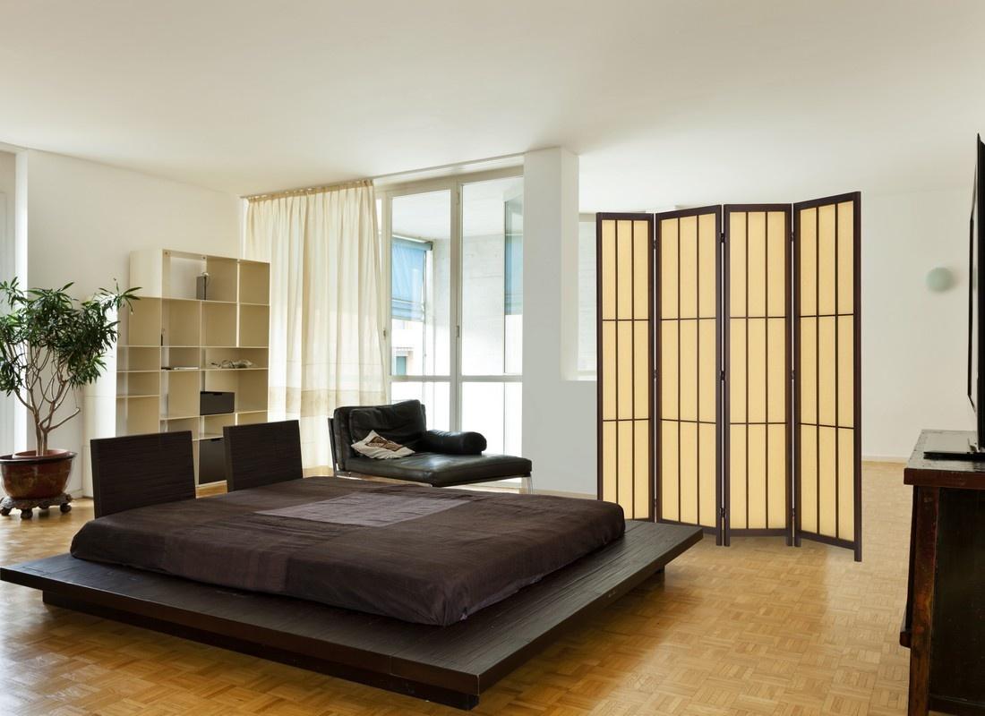Бежево-коричневая ширма в спальне