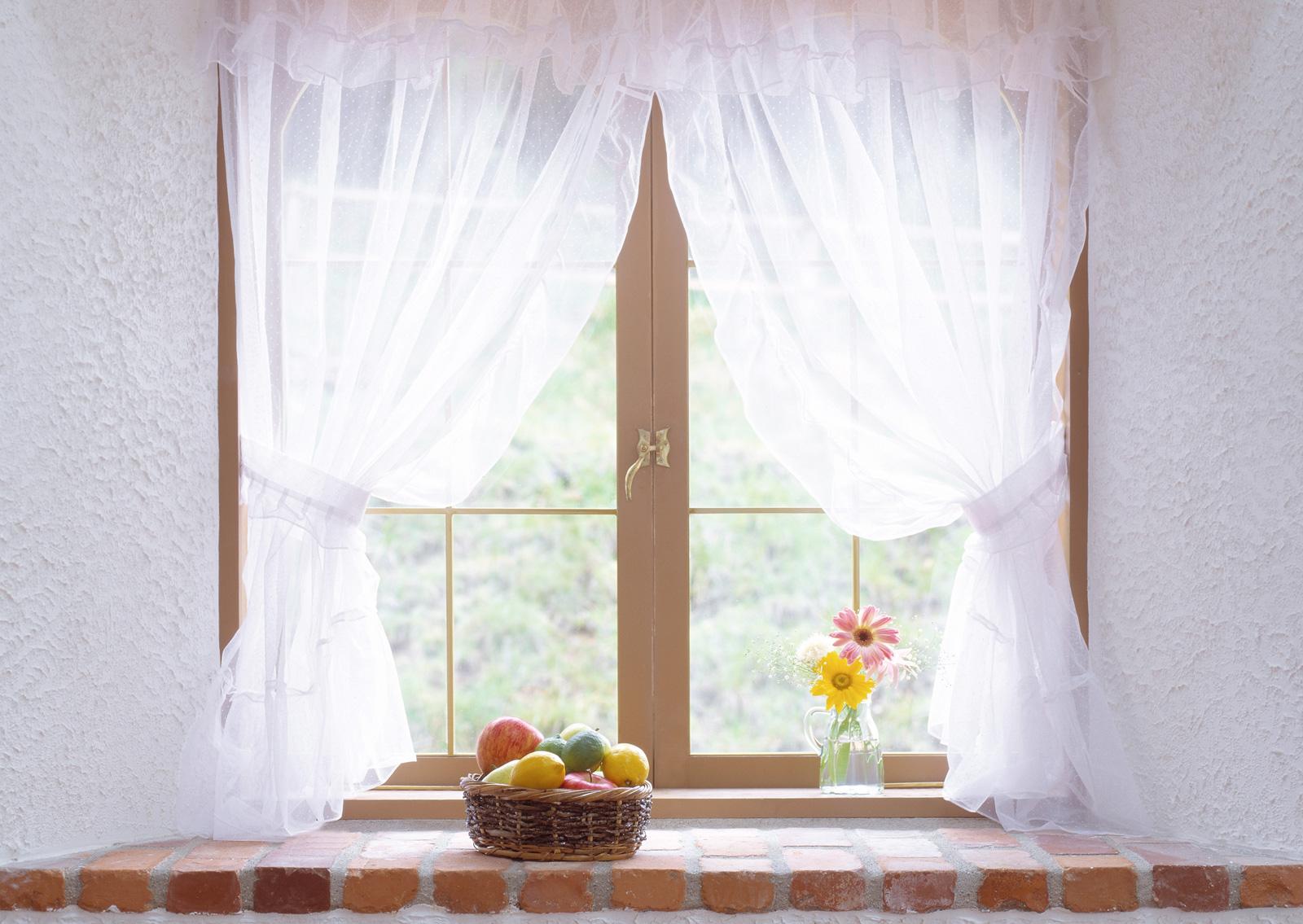 Красивые белые короткие шторы из органзы
