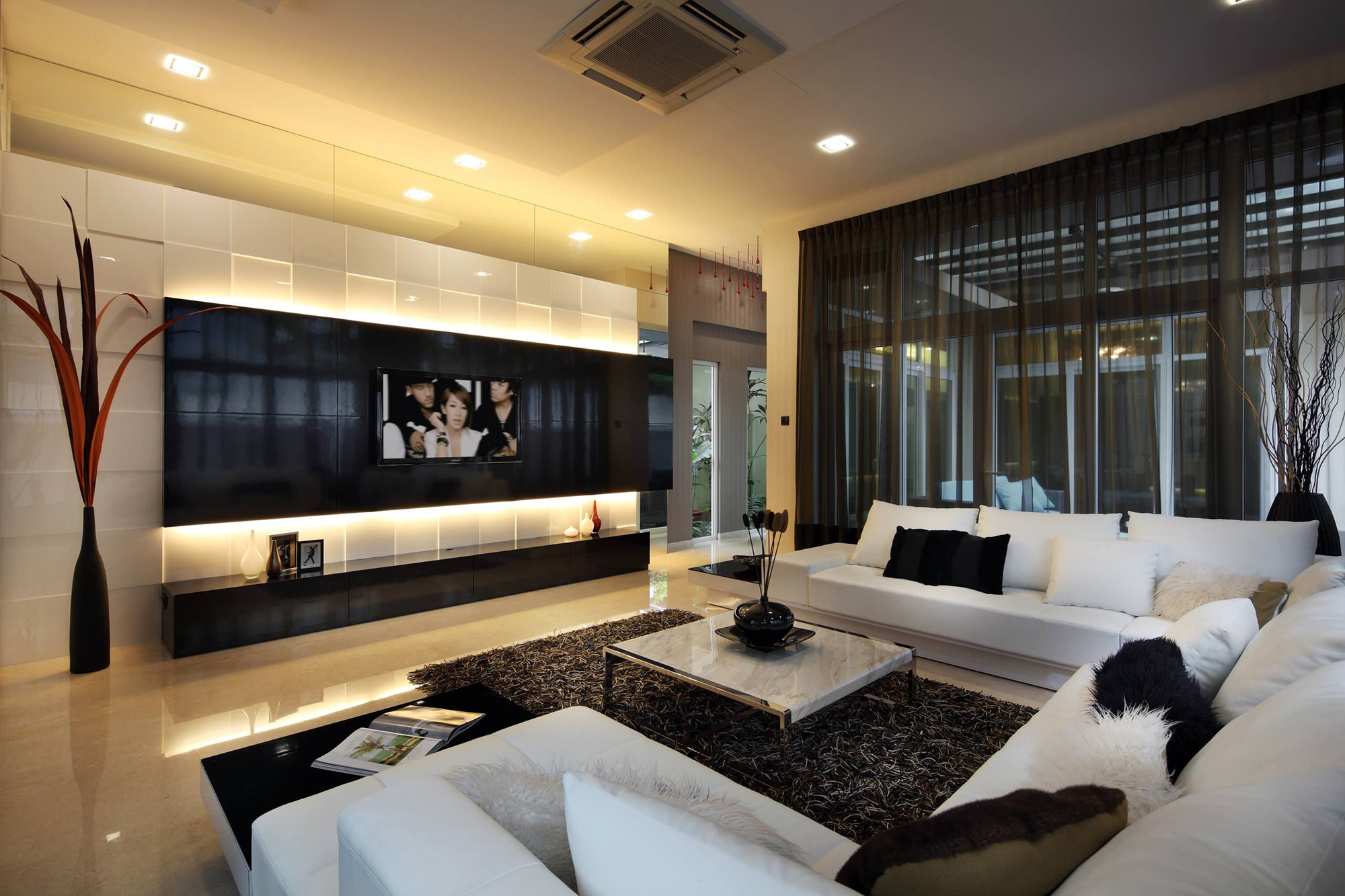 Черные шторы из органзы в большой гостиной