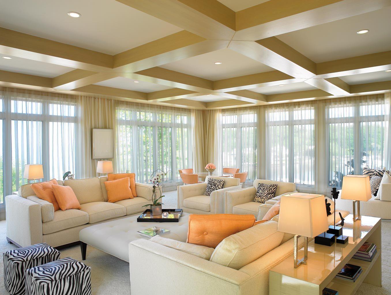 Кремовые шторы из органзы в большой гостиной