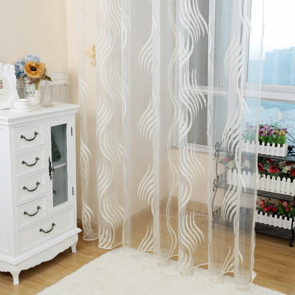 Белые шторы из органзы в спальне