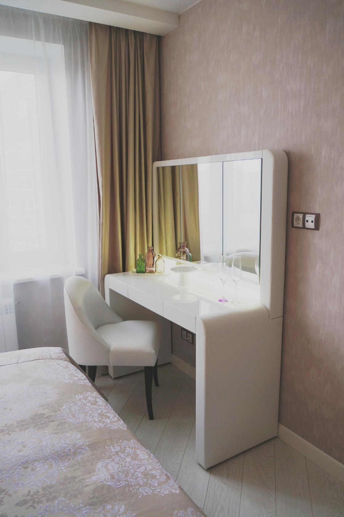 Белые шторы из органзы и плотные горчичные шторы в спальне