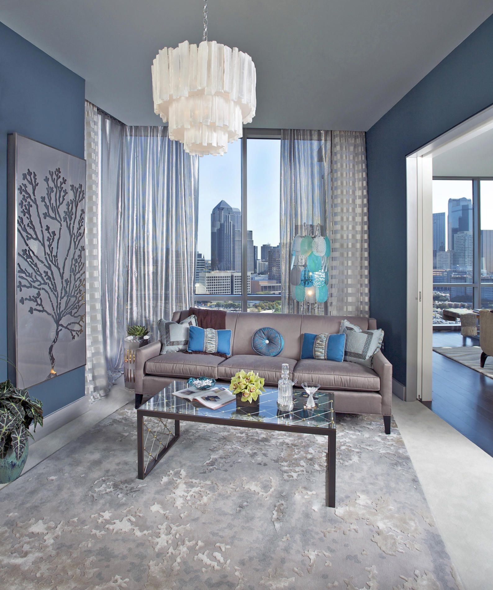 Шторы из органзы в сине-белой гостиной