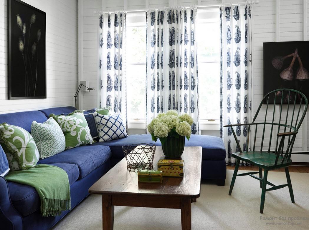 Синий диван и зеленый декор в гостиной