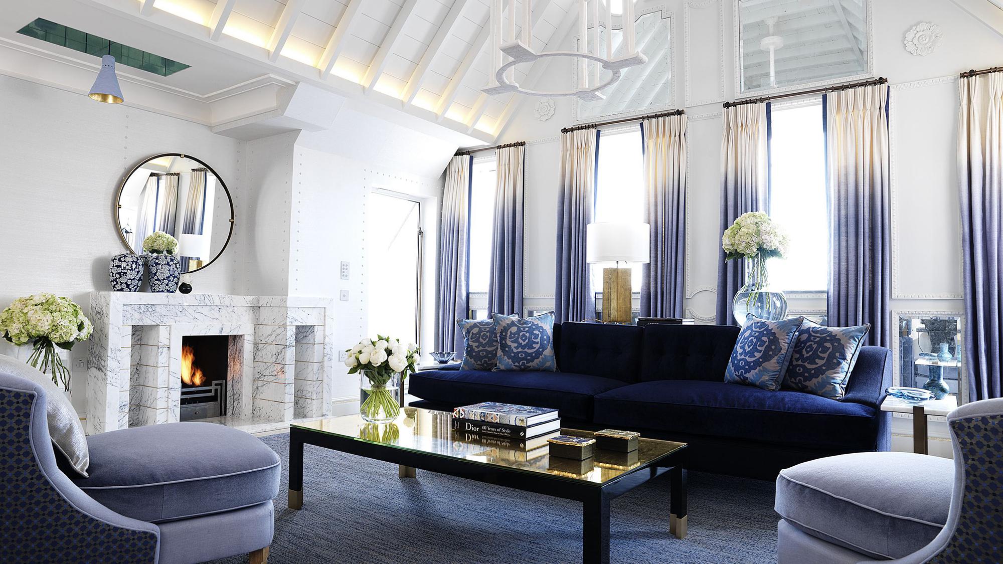 Синий диван в белой гостиной