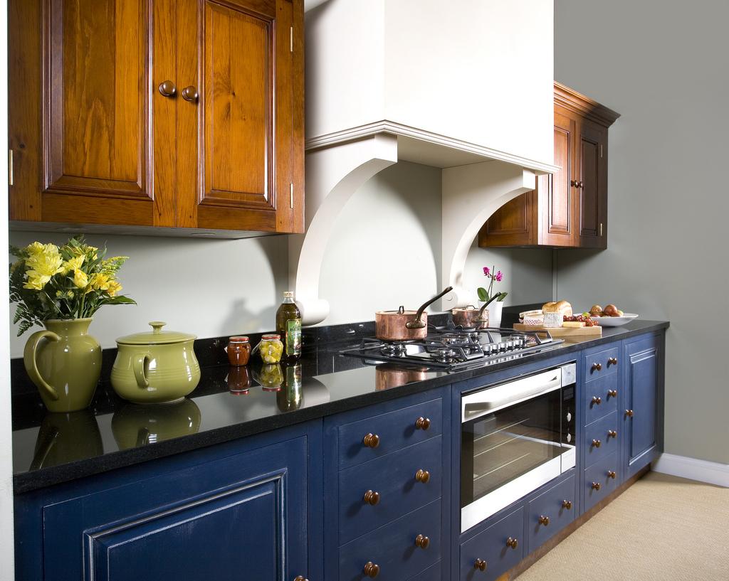 Гарнитур с синим фасадом на кухне