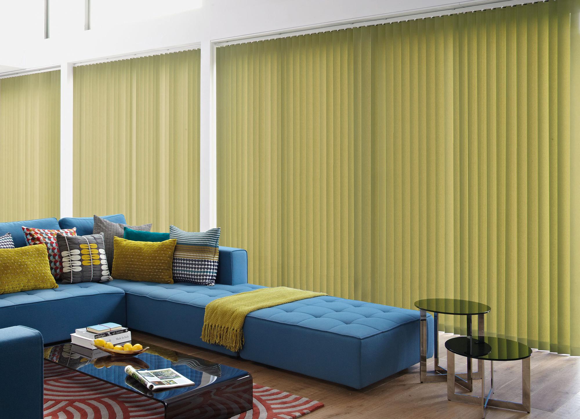 Синий большой диван и оливковые шторы в гостиной