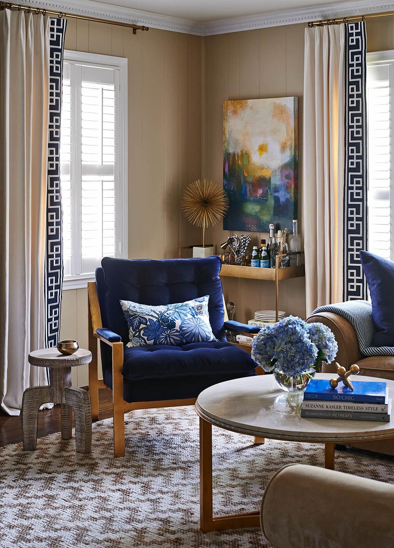 Коричнево-синяя мебель в гостиной