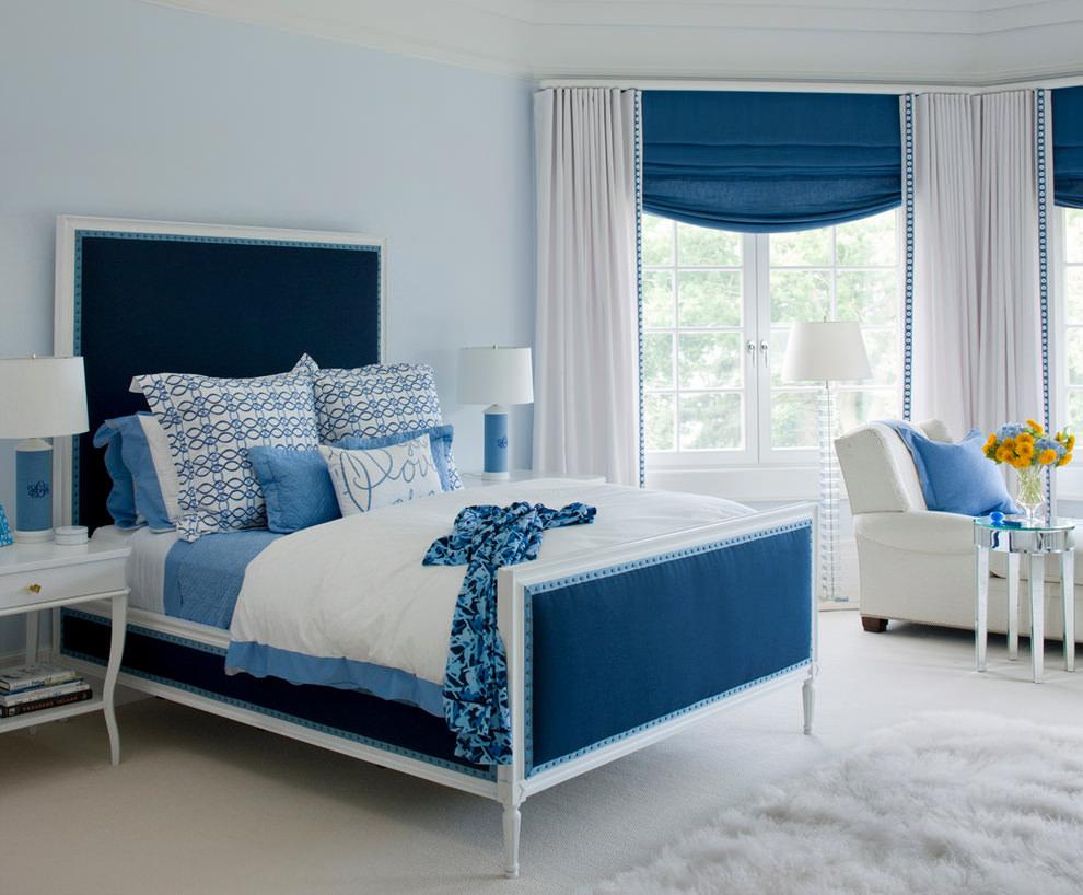 Сине-белая кровать в спальне