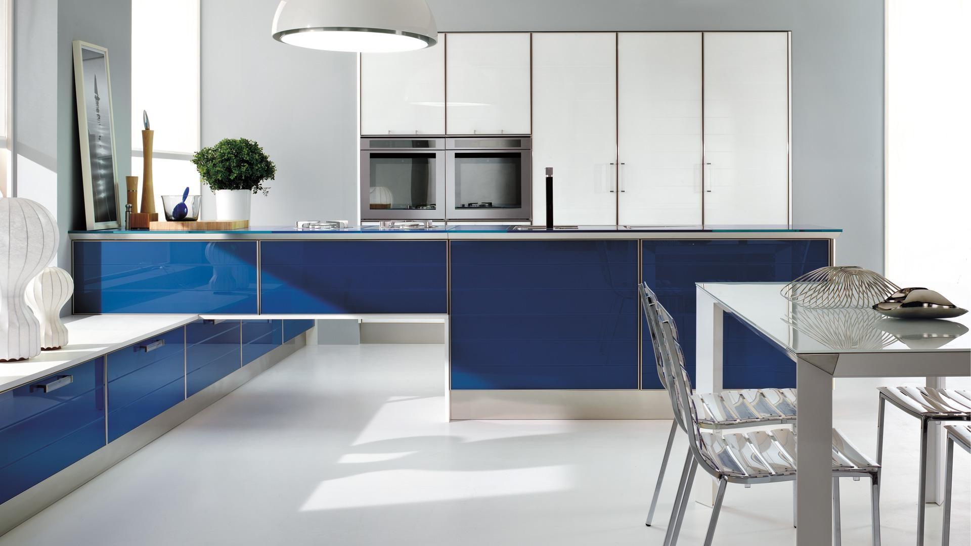 Сине-белая современная кухня