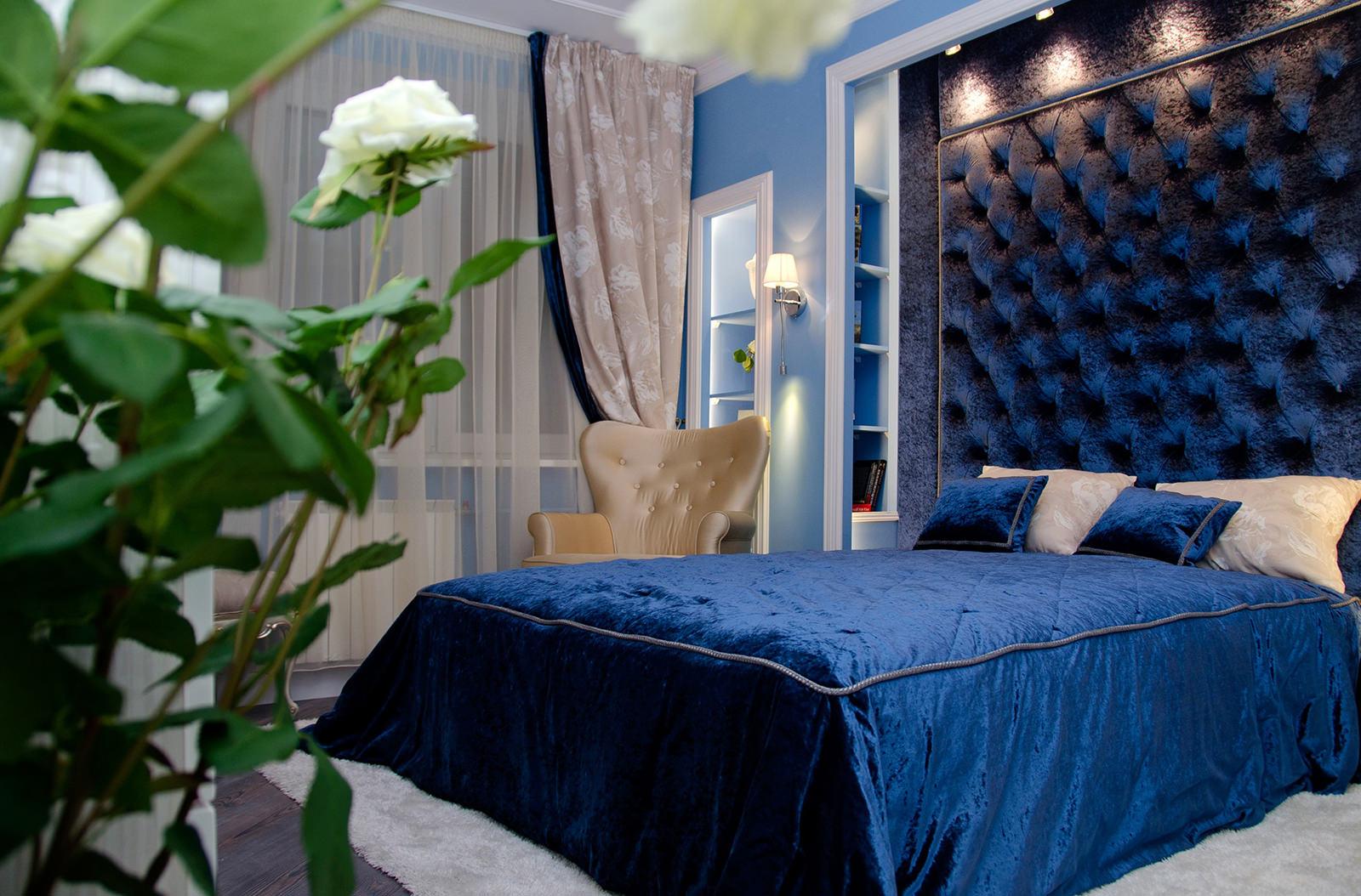 Синяя мебель в спальне