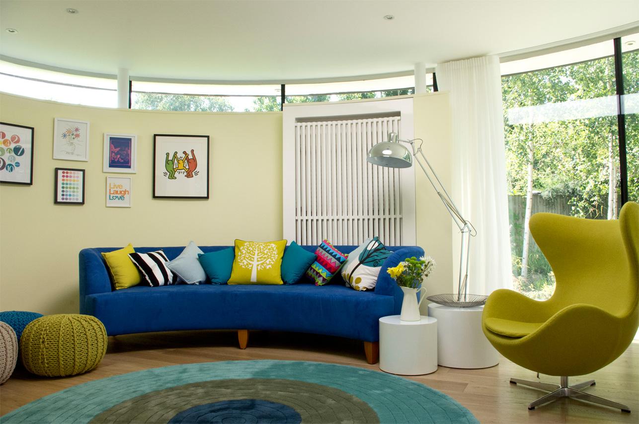 Синяя и желтая мебель в интерьере
