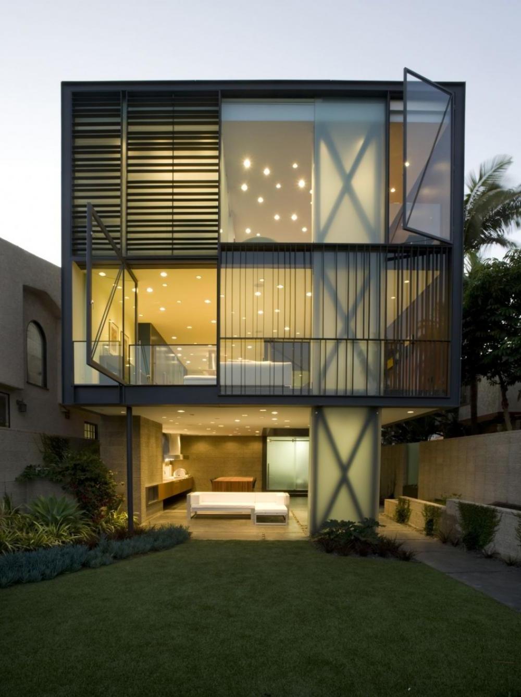 Дом со стеной из стекла в стиле хай тек