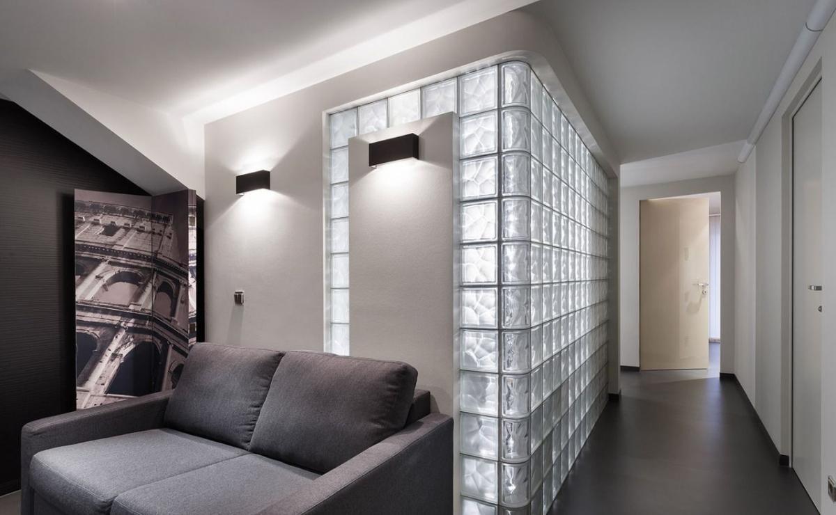 Стена между комнатами из стеклоблоков