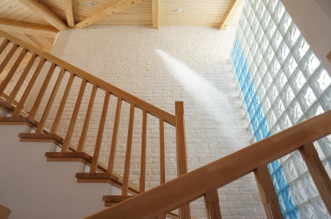 Высокая стена из стеклоблоков в доме