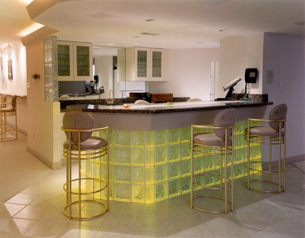 Барная стойка на кухне из стеклоблоков