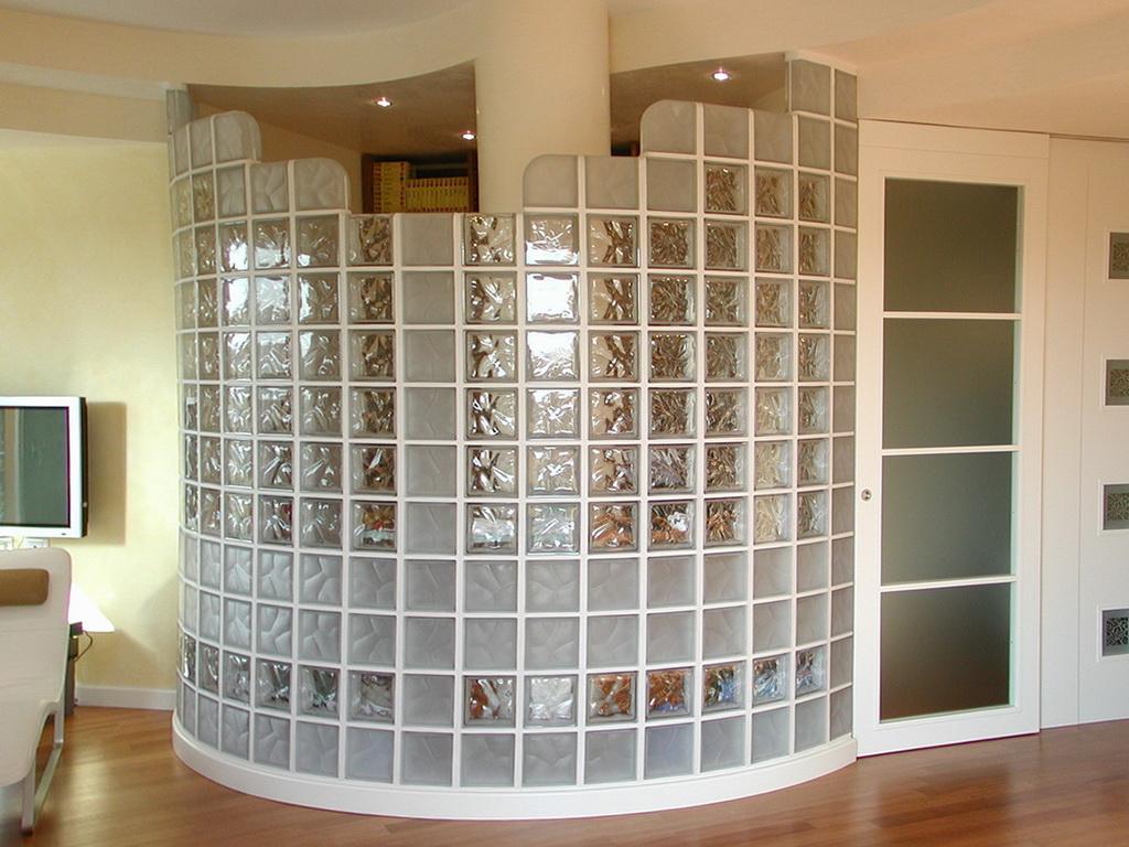 Полукруглая стена из стеклоблоков