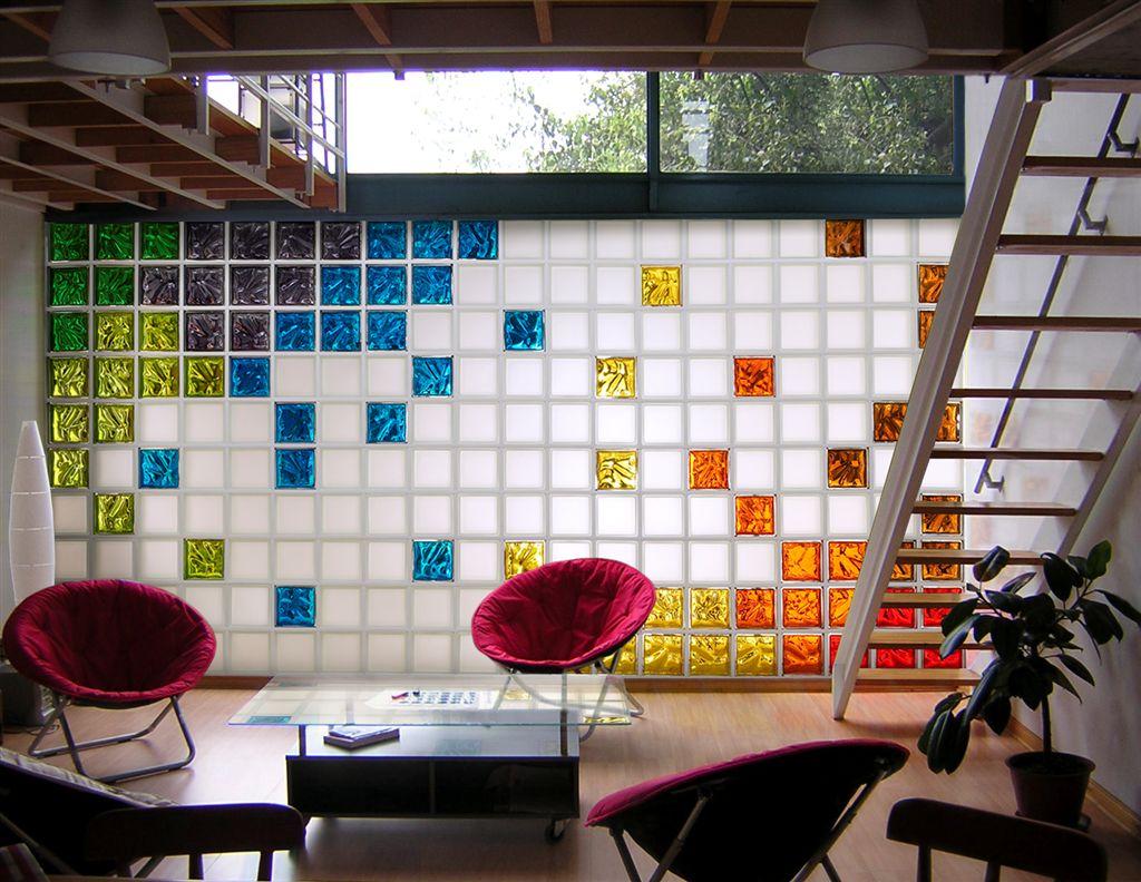 Стена из цветных стеклоблоков в гостиной