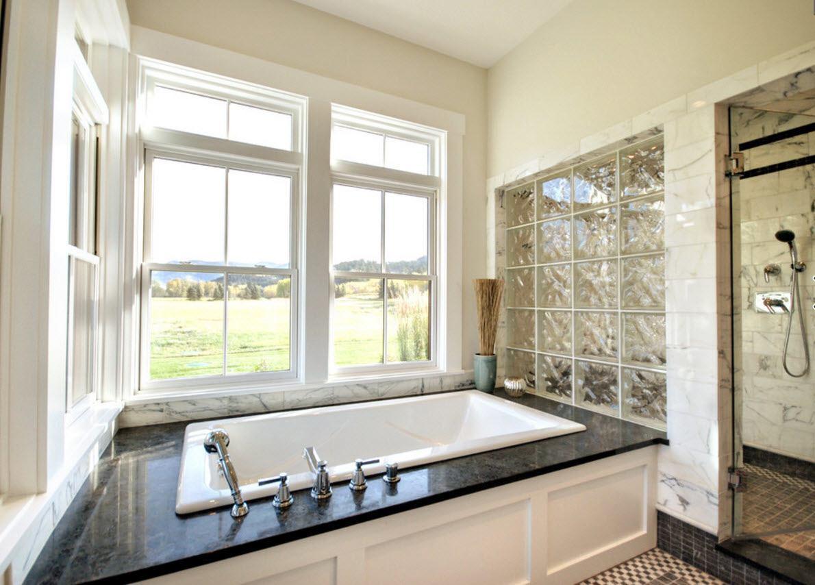 Стена в ванной из стеклоблоков