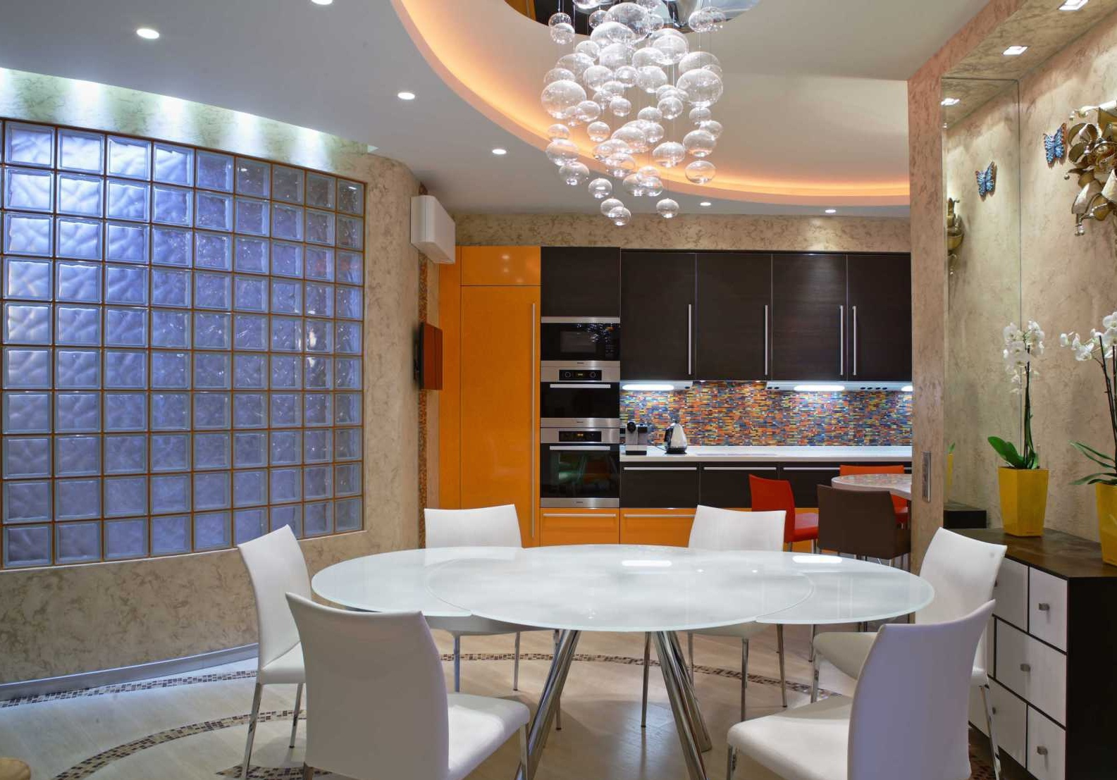 Стена в кухне из стеклоблоков